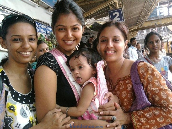 Monal Gajjar Unseen Pics with her Family and Friends.